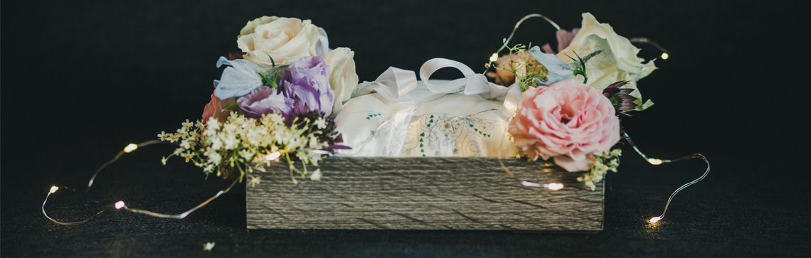 stock photo from SpliShire depicting wedding flowers in a wooden box
